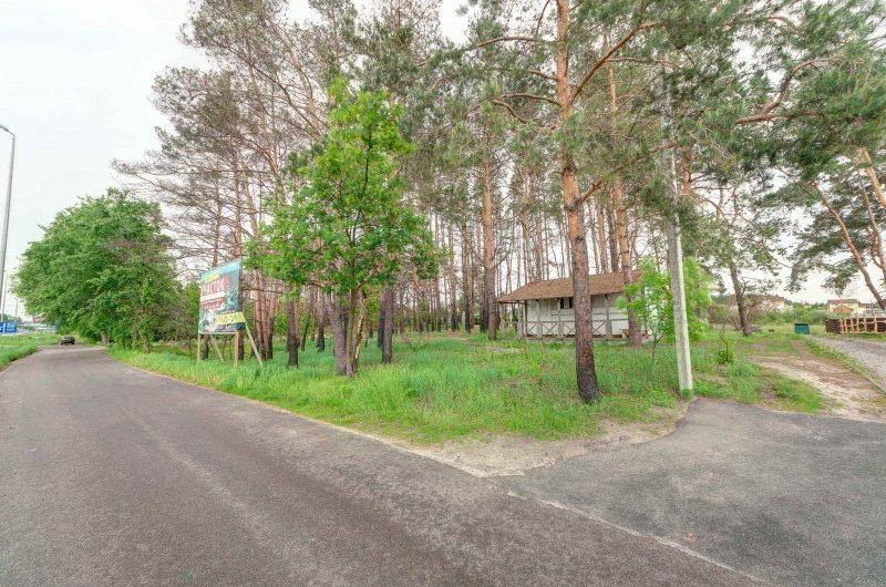 Фасадныйучасток  по Житомирской трассе (М-06) в 23 км от Киева под гостиничный комплекс или другие коммерческие предприятия.