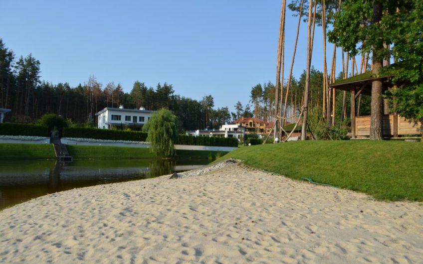 Стоянка Домовладение в охраняемом городке, озеро, пляж.